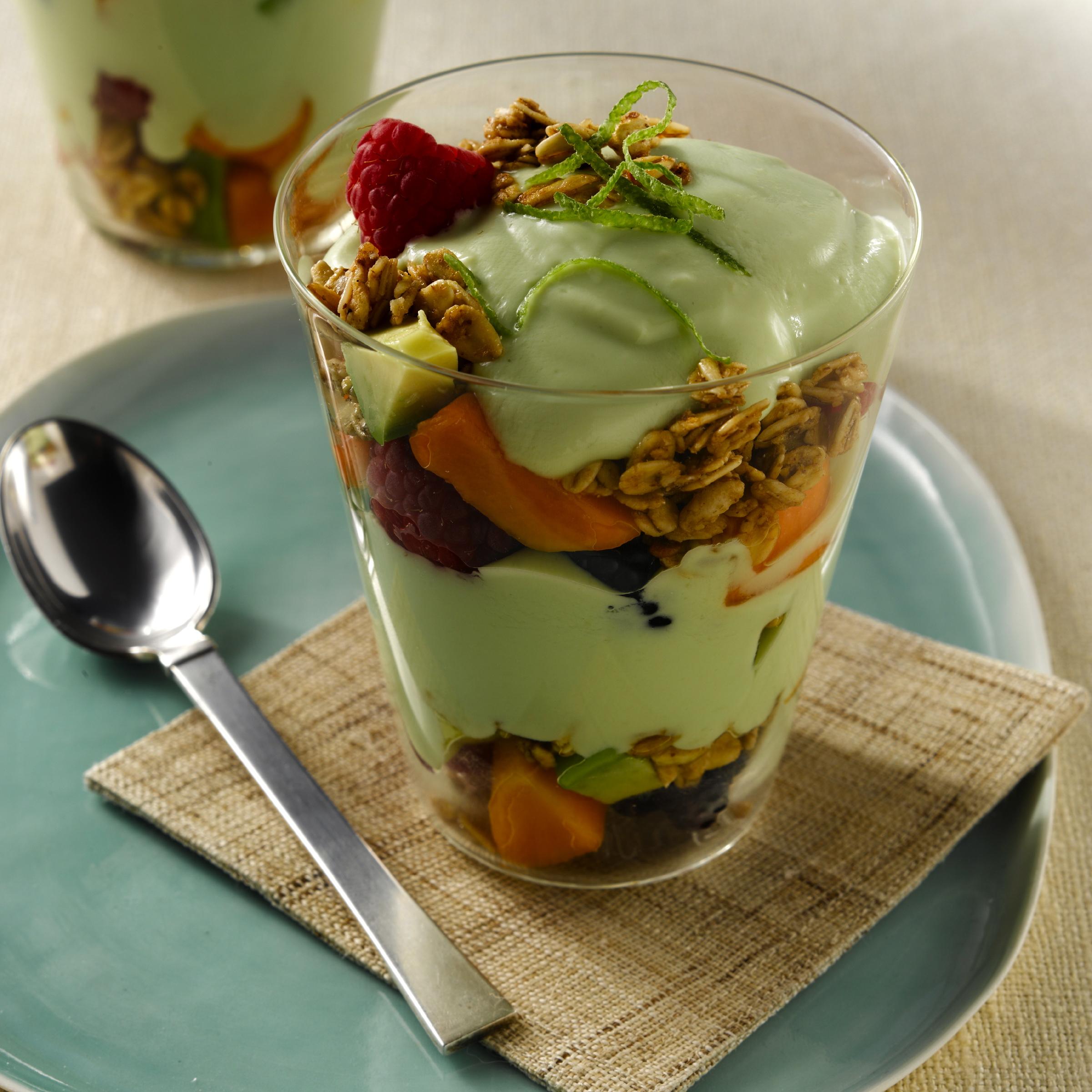 Postres helados (parfaits) de yogurt con aguacate y limón