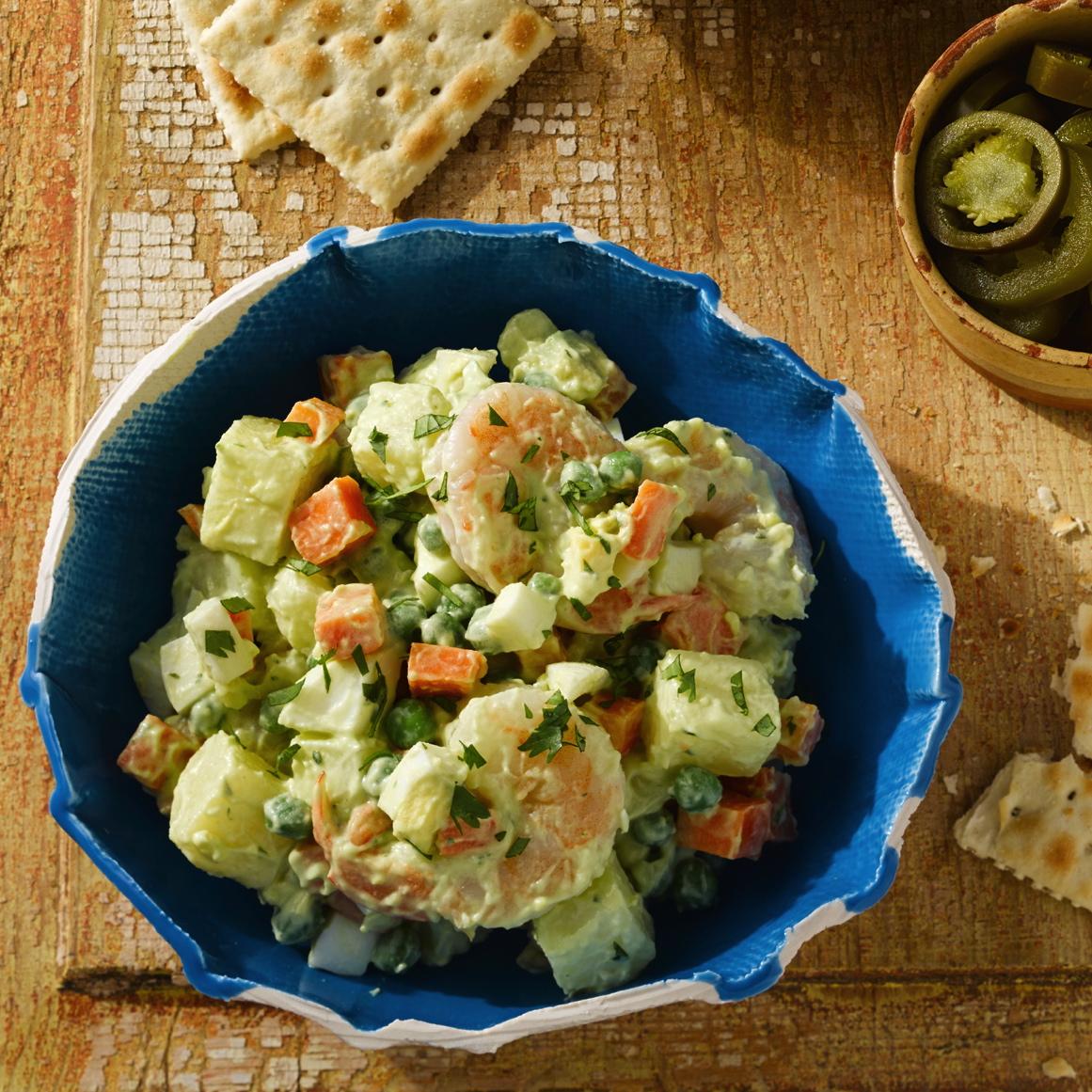 Ensalada de papa (patata) y camarón con mayonesa de aguacate