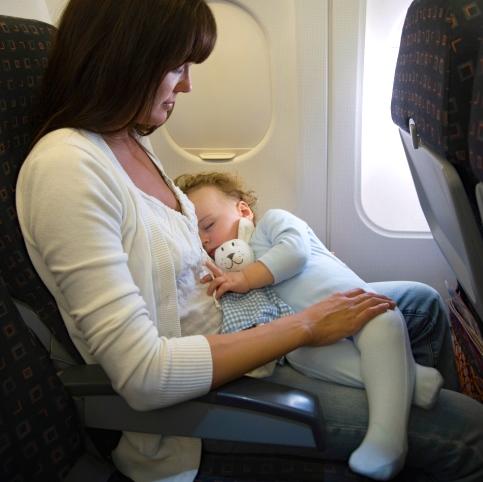 Investigación: Viajar por avión representa un peligro potencial para los bebés
