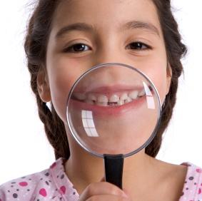 Los adolescentes y adultos jóvenes pueden y deben prevenir la inflamación de las encías (o gingivitis)
