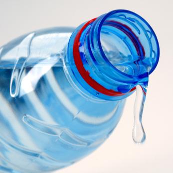 El exceso de agua embotellada ¿es nocivo para los dientes de los chicos?
