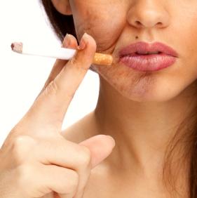 Un estudio hecho en gemelos revela cómo fumar envejece la piel