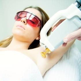¿Qué tan seguras son las cirugías cosméticas o de los ojos con láser?