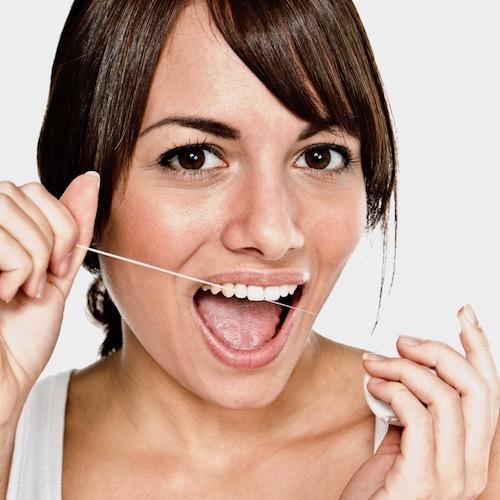 ¡No te olvides del hilo dental!