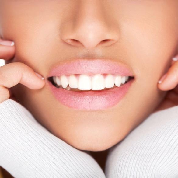 Hay bebidas y alimentos que manchan los dientes y otros que ayudan a lucir una linda sonrisa. ¡Entérate cuáles son!