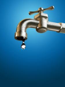 Agua del grifo de la llave o embotellada - Agua embotellada o del grifo ...