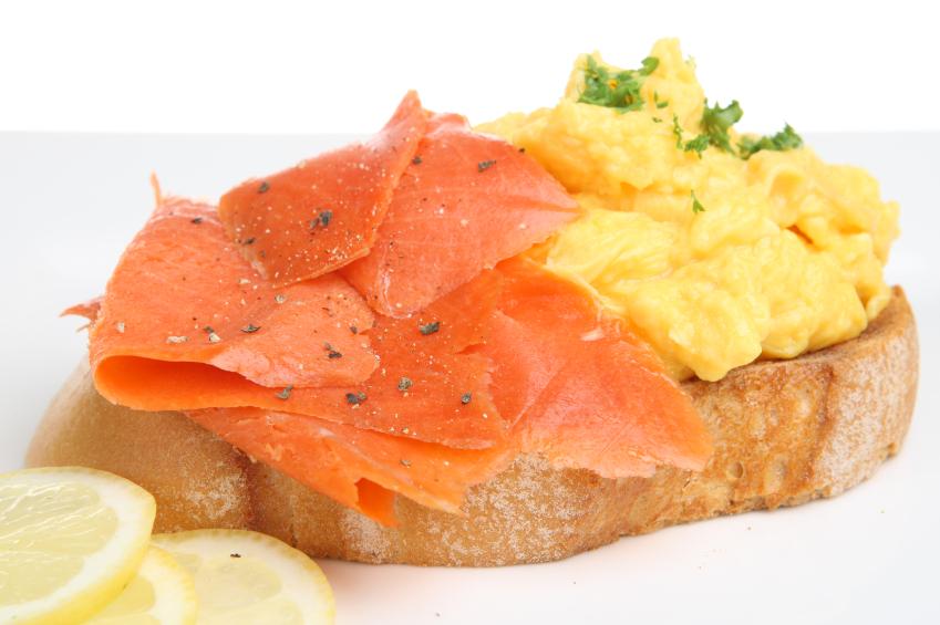 Huevos revueltos con salmón ahumado y cebollines